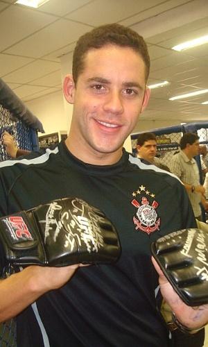 Thiago Pereira com luve autografada por Anderson Silva, na academia do Corinthians