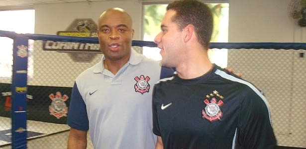 Thiago Pereira e Anderson Silva em encontro na inaugurao da academia do Corinthians, em 2011