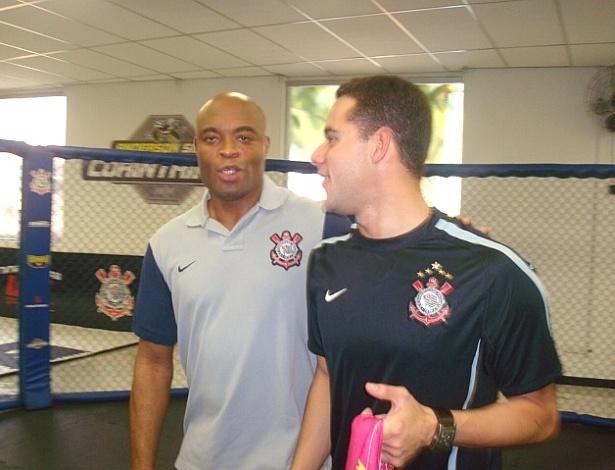 Thiago Pereira e Anderson Silva em encontro na inauguração da academia do Corinthians, em 2011