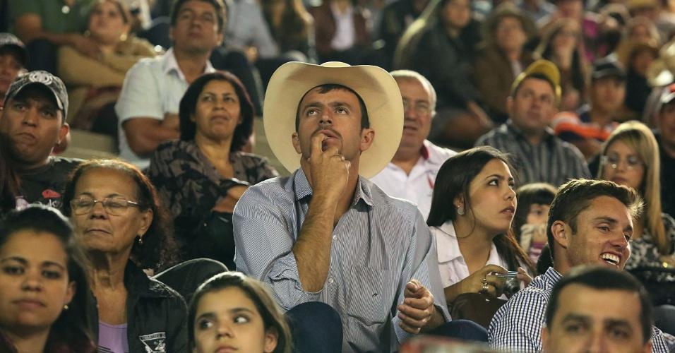 17.ago.2012 - Expectadores acompanham as provas de montaria do segundo dia da Festa do Peão de Barretos, no interior de São Paulo, que teve início na noite de quinta-feira (16)