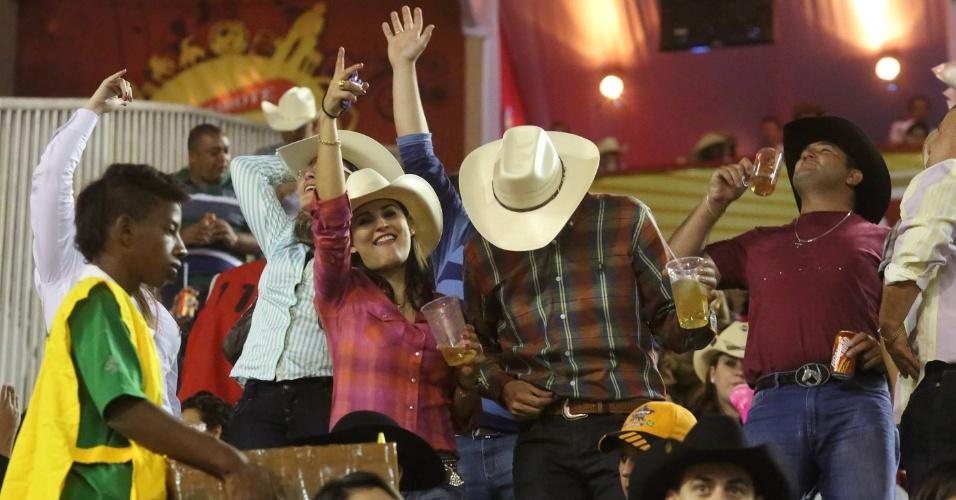 17.ago.2012 - Expectadores vibram durante provas de montaria do segundo dia da Festa do Peão de Barretos, no interior de São Paulo, que teve início na noite de quinta-feira (16)