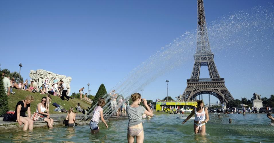 18.ago.2012 - Fontes Trocadero, em Paris (França), se transformam em piscinas para os franceses e turistas que curtem o calor do verão europeu