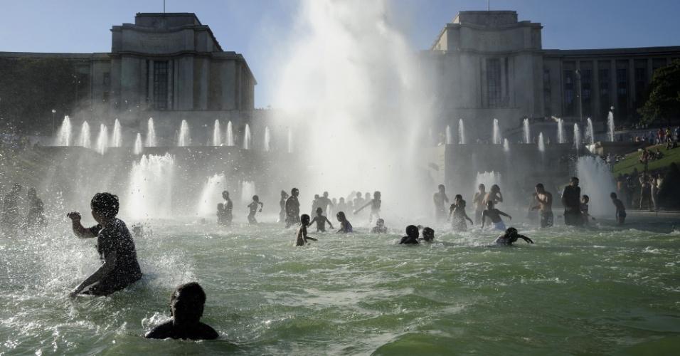 18.ago.2012 - Franceses se refrescam nas fontes Trocadero em Paris (França), aproveitando o calor do verão europeu
