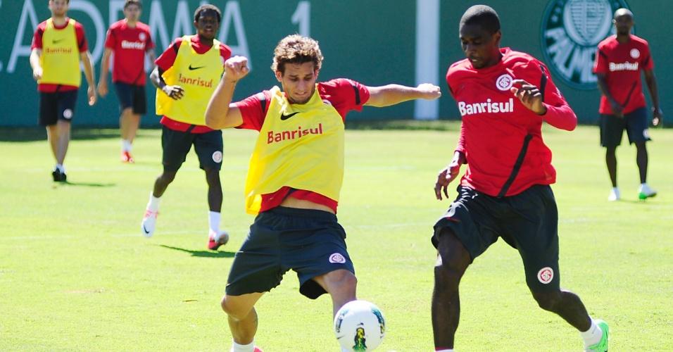 Centroavante Rafael Moura e o zagueiro Juan durante treino do Inter no CT do Palmeiras em São Paulo (18/08/2012)