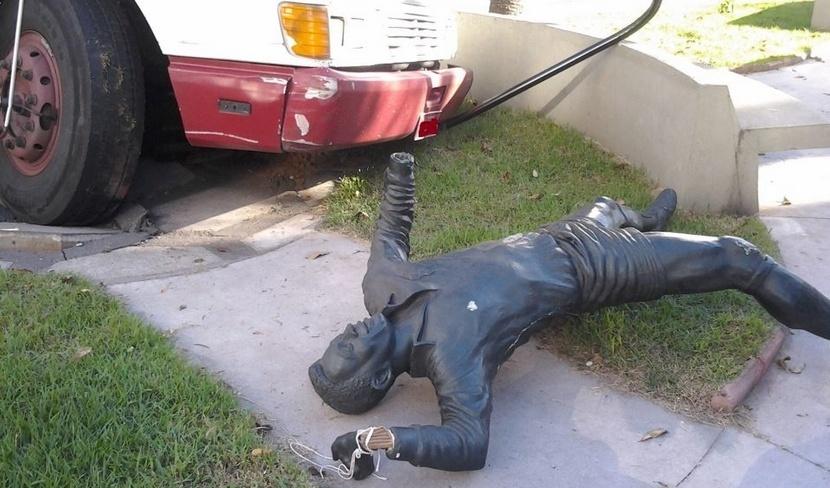 Estátua de Pelé foi danificada após caminhão acertar imagem