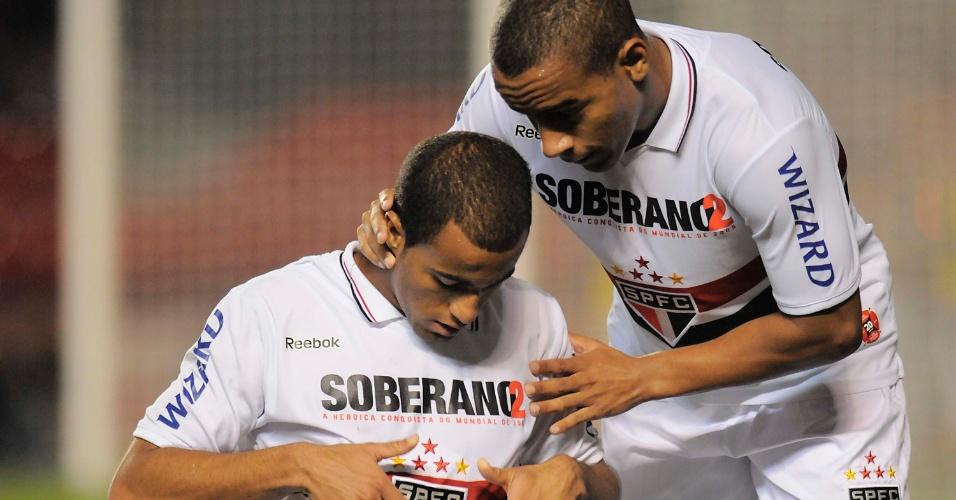 Lucas e Ademilson comemoram o segundo gol do São Paulo na partida contra a Ponte Preta