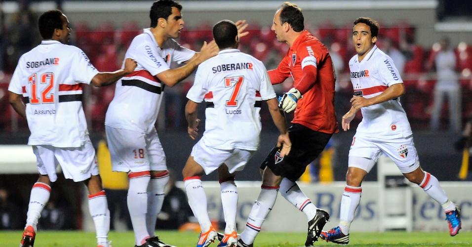 Rogério Ceni comemora com os jogadores do São Paulo o gol marcado por ele, de pênalti, contra a Ponte Preta
