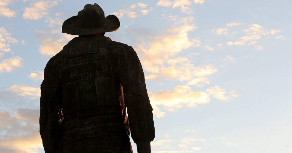 18.ago.2012 - Monumento de peão da Festa do Peão de Barretos, no interior de São Paulo, ganha destaque especial com pôr-do-sol