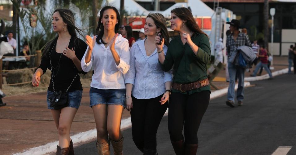 18.ago.2012 - Mulheres caminham pela área de convivência da Festa do Peão de Barretos, no interior de São Paulo