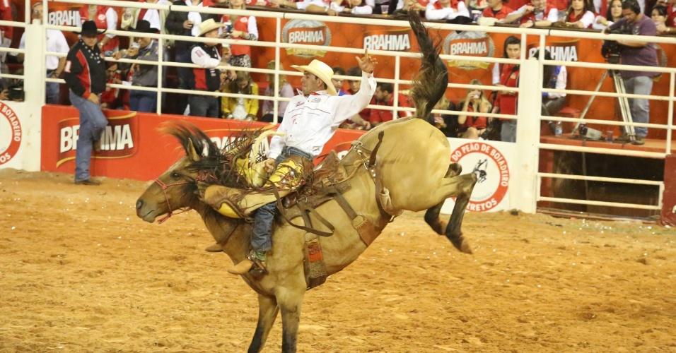 18.ago.2012 - Peão participa de prova de montaria em cavalo no terceiro dia da Festa do Peão de Barretos, no interior de São Paulo
