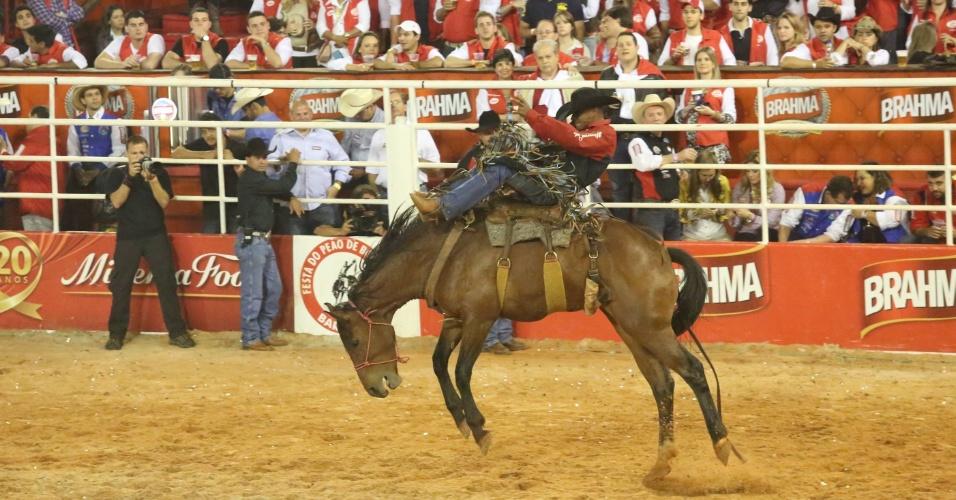 18.ago.2012 - Peão tenta dominar cavalo durante prova de montaria no terceiro dia da Festa do Peão de Barretos, no interior de São Paulo
