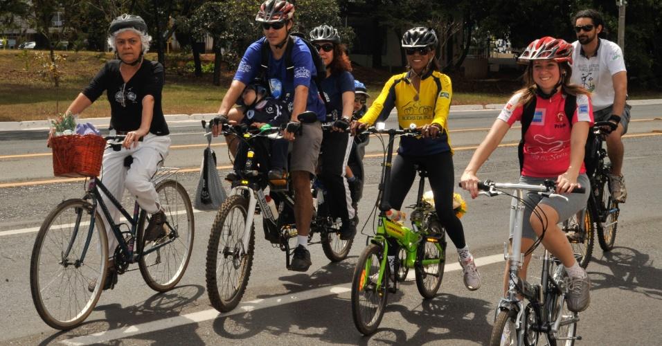 19.ago.2012 - A ONG Rodas da Paz comemora o Dia Nacional do Ciclista neste domingo (19). Entre as atividades voltadas para o incentivo do uso da bicicleta, a organização realizou uma homenagem a Pedro Davison, atropelado por um motorista embriagado quando pedalava em rua de Brasília (DF)