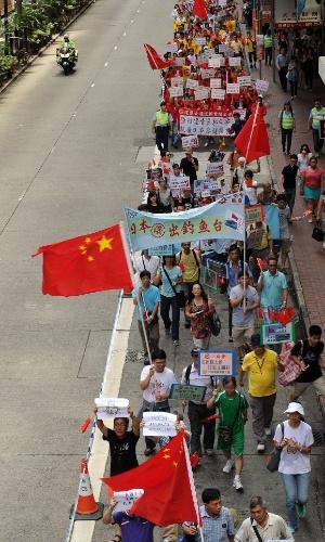 19.ago.2012 - Ativistas pró-China saem em passeata pelas ruas de Hong Kong, neste domingo (19), em protesto anti-Japão