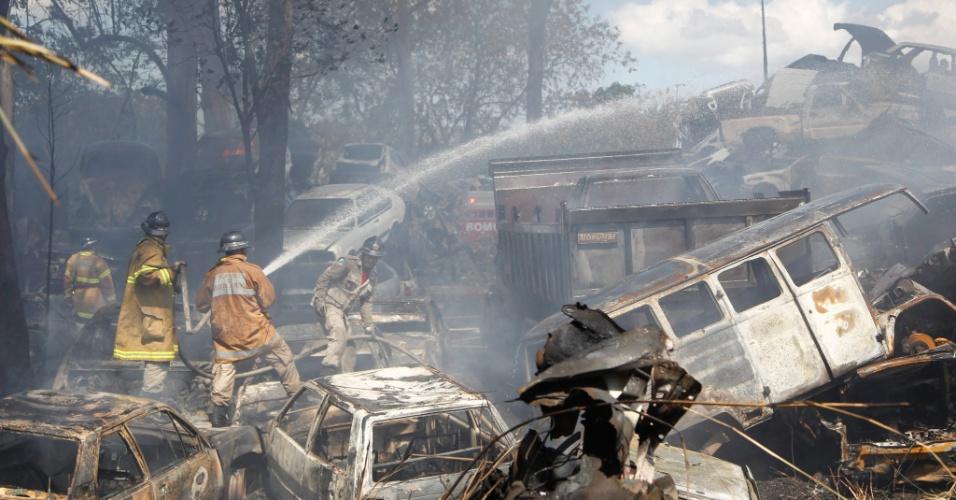 19.ago.2012 - Cerca de 200 veículos foram destruídos por um incêndio neste domingo no depósito da Delegacia de Roubos e Furtos (DRF)