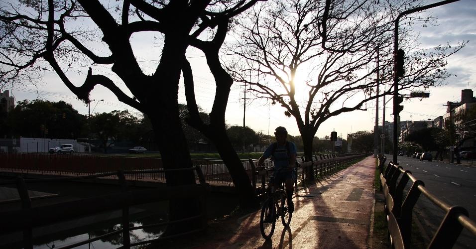 19.ago.2012 - Ciclista passa por ciclovia em Porto Alegre, no Rio Grande do Sul. A capital gaúcha terá calor de verão em pleno agosto, neste domingo (19). A temperatura deve chegar a 29°C
