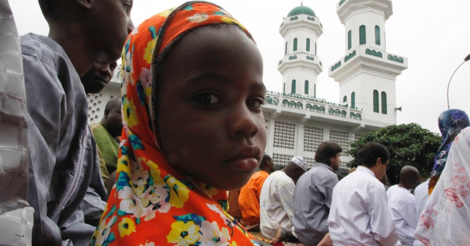 19.ago.2012 - Criança participa das orações matinais em uma mesquita de Treichville, na Costa do Marfim, durante o Eid-al-Fitr, que marca o fim do Ramadã