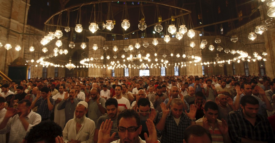 19.ago.2012 - Egípcios oram na mesquita de Mohamed Ali Pasha, no Cairo, para celebrar o fim do mês sagrado muçulmano do Ramadã