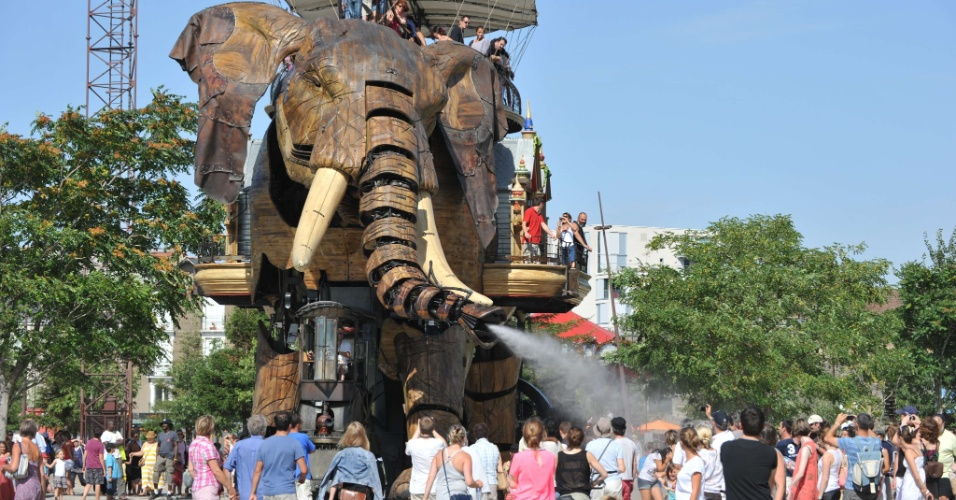 19.ago.2012 - Elefante mec&#226;nico de 12 metros refresca visitantes do parque Les Machines de L?ile, em Nantes, na Fran&#231;a