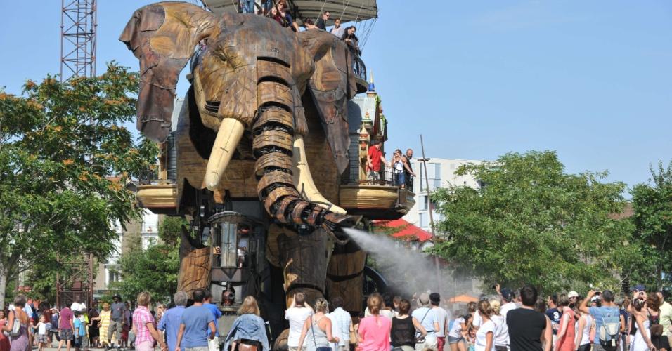 19.ago.2012 - Elefante mecânico de 12 metros refresca visitantes do parque Les Machines de L?ile, em Nantes, na França