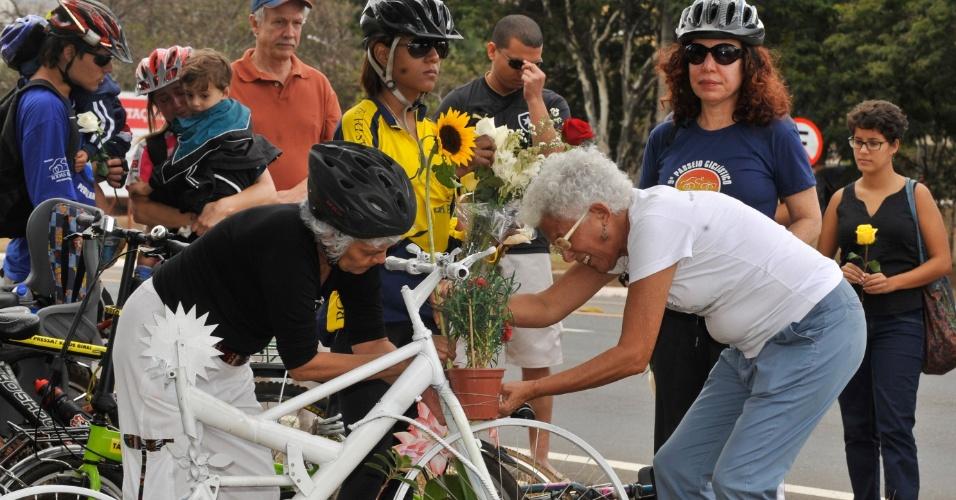19.ago.2012 - Em Brasília, Pérsio Davison e sua mulher Beth, pais de Pedro Davison, atropelado por um motorista embriagado quando pedalava no Eixão Sul em 2006