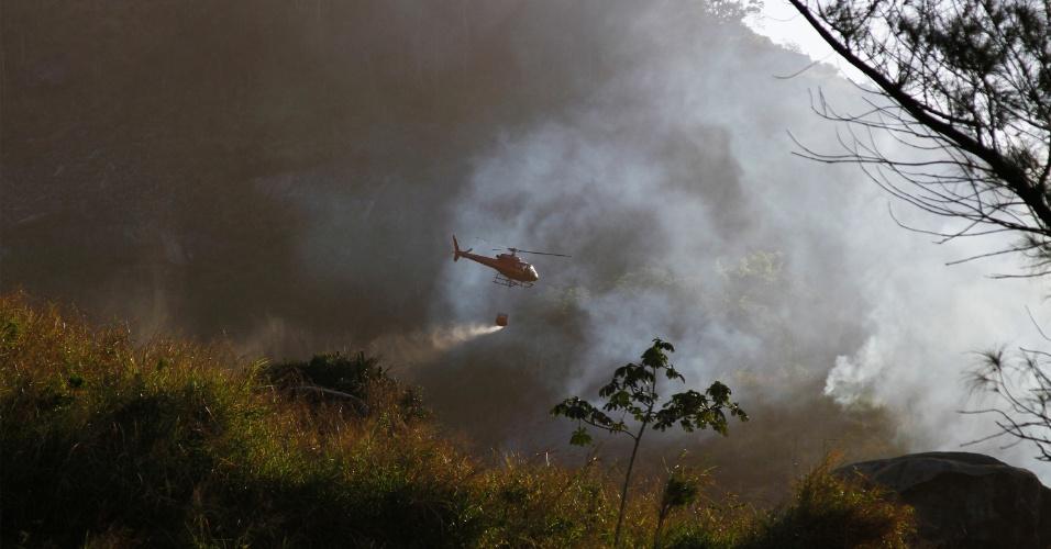19.ago.2012 - Helicóptero do Corpo de Bombeiros joga água retirada do Canal do Rio Morto, próximo ao condomínio Maramar, no Recreio dos Bandeirantes, zona oeste do Rio de Janeiro (RJ)