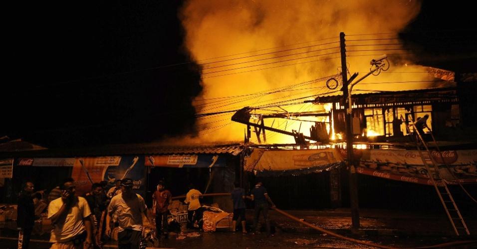 19.ago.2012 - Imagem divulgada neste domingo (19) mostra bombeiros tailandeses tentando apagar incêndio em um mercado, provocado por fogos de artifício usados durante as celebrações do Eid al-Fitr, em Narathiwat, na Tailândia. Não há informações sobre vítimas. Tradicional festividade muçulmana, o Eid al-Fitr marca o fim do mês sagrado Ramadã