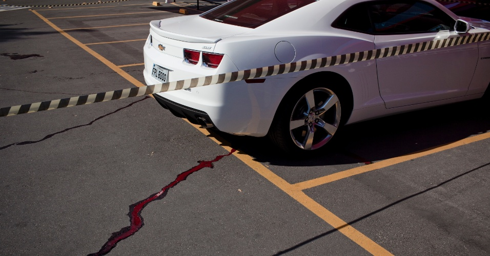 19.ago.2012 - Marcas de sangue em estacionamento de supermercado onde, segundo a polícia, um delegado teria sido abordado neste domingo (19) por assaltantes e reagido, matando os criminosos, na zona oeste de São Paulo