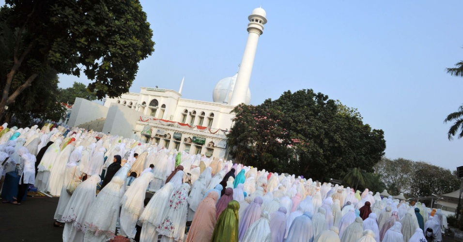 19.ago.2012 - Mulheres muçulmanas rezam na mesquita de Al-Azhar em Jacarta, na Indonésia, no primeiro dia do Eid al-Fitr, que marca o fim do mês sagrado de jejum do Ramadã