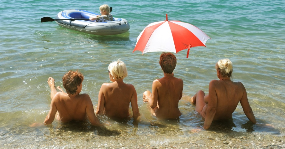 19.ago.2012 - Nudistas tomam sol à beira do lago Grillensee, na cidade de Naunhof, no leste da Alemanha. As temperaturas no país devem alcançar 38°C em algumas regiões