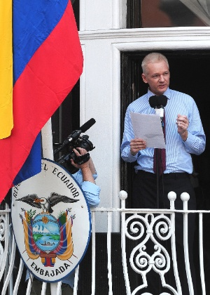 Julian Assange faz discurso na varanda da Embaixada do Equador em Londres