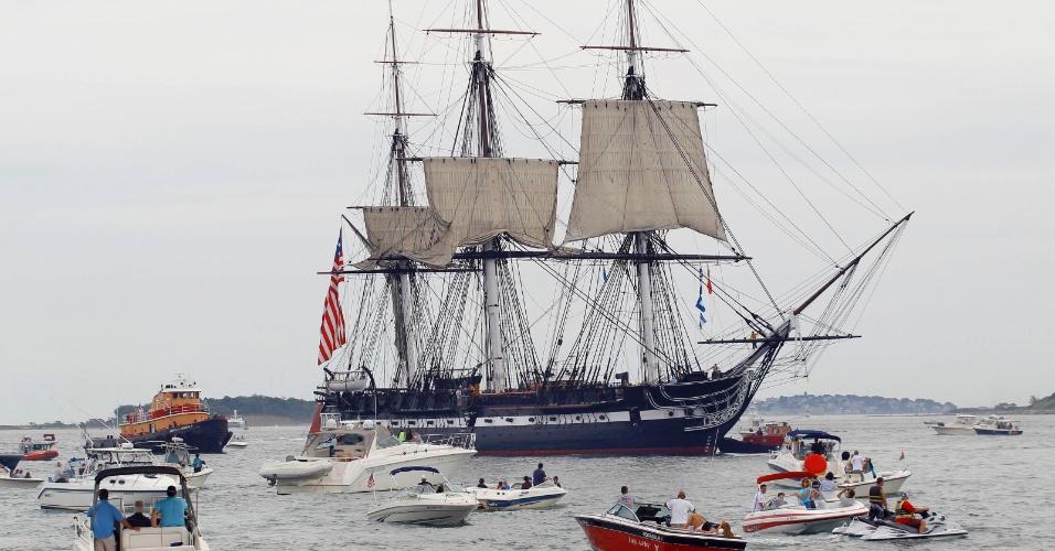 19.ago.2012 - O navio USS Constitution ganha o mar em Boston, Massachusetts (EUA) pela primeira vez desde 1997 para comemorar o 200º aniversário da vitória sobre a fragata britânica HMS Guerriere durante a Guerra de 1812