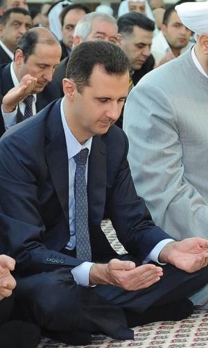 19.ago.2012 - O presidente da Síria, Bashar Assad, participa de oração na mesquita de Al-Hamad, em Damasco, na Síria