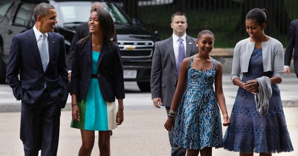 """19.ago.2012 - O presidente dos Estados Unidos e candidato à reeleição, Barack Obama, caminha com a primeira-dama Michelle Obama e suas filhas Malia (à esquerda) e Sasha, à caminho da missa de domingo na igreja de Saint John, em Washington. Reportagem do jornal """"The New York Times"""" afirma que as mulheres dos candidatos à presidência dos EUA não são modelos de feminismo"""