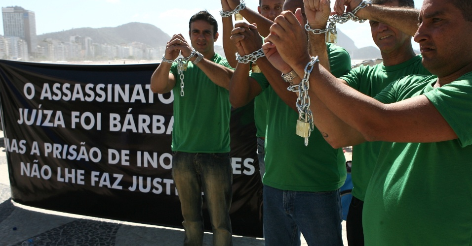 19.ago.2012 - Parentes dos policiais militares presos acusados pela morte da juíza Patrícia Acioli fazem protesto neste domingo (19) em Copacabana, zona sul do Rio de Janeiro