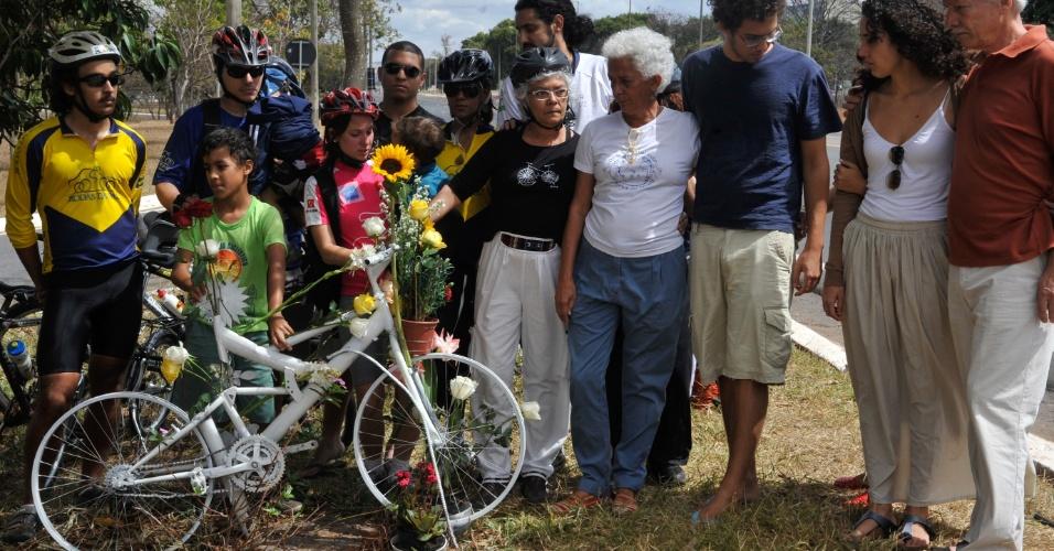 19.ago.2012 - Pérsio Davison e Beth Davison, pais de Pedro Davison, atropelado por um motorista embriagado quando pedalava em rua de Brasília (DF), prestam homenagem ao filho neste domingo (19)