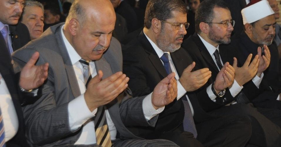 19.ago.2012 - Presidente do Egito, Mohamed Morsi (2º à esq.), acompanhado de políticos egípcios,  participa de orações do Eid al Fitr, que marca o fim do Ramadã, na mesquita Amr ibn al-As, no Cairo