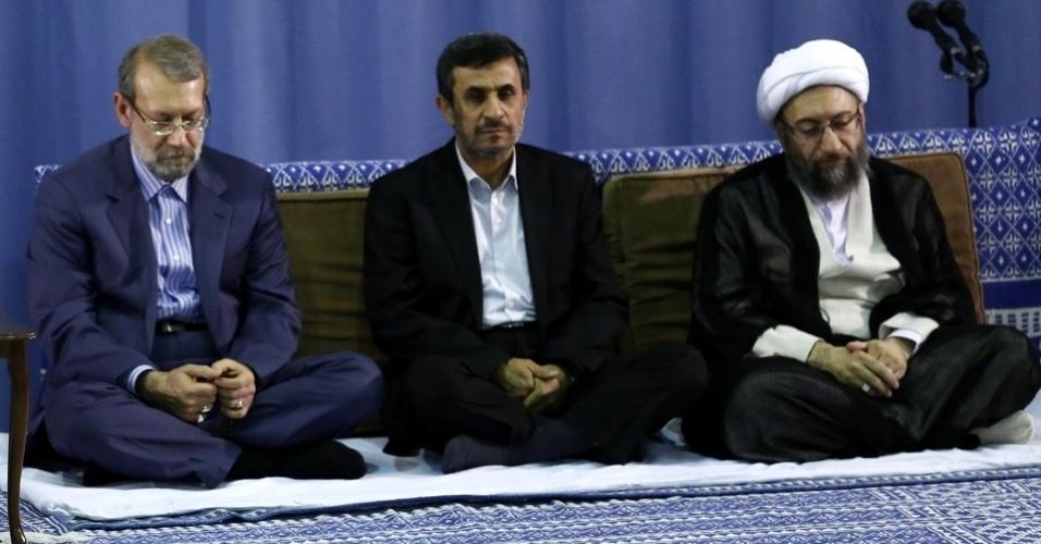 19.ago.2012 - Presidente do Irã, Mahmoud Ahmadinejad (centro), acompanhado de políticos iranianos, participa de uma cerimônia especial do festival mulçumano Eid al-Fitr, em Teerã. A festa marca o fim do mês sagrado do Ramadã