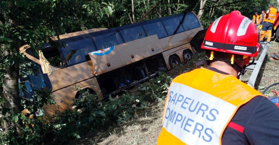 19.ago.2012 - Um ônibus que levava estudantes alemães de Paris para Munique caiu em um barranco em Barchon, na Bélgica. Ao menos uma pessoa morreu e outras 24 ficaram feridas. Segundo a imprensa local, o motorista dormiu ao volante