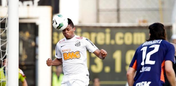 André, impedido, toca para fazer seu segundo gol pelo Santos diante do Corinthians