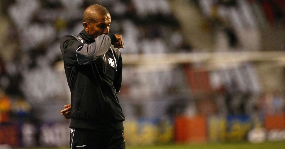 Cristóvão Borges, técnico do Vasco, caminho para o banco de reservas antes do início do clássico carioca