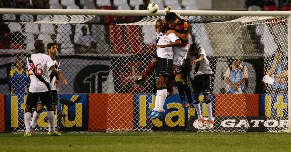 Jogadores de Vasco e Flamengo disputam bola alçada dentro da área em clássico no Engenhão