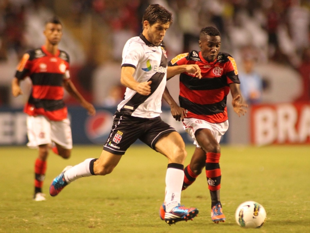 Juninho Pernambucano tenta escapar da marcao de Negueba durante clssico no Engenho entre Flamengo e Vasco