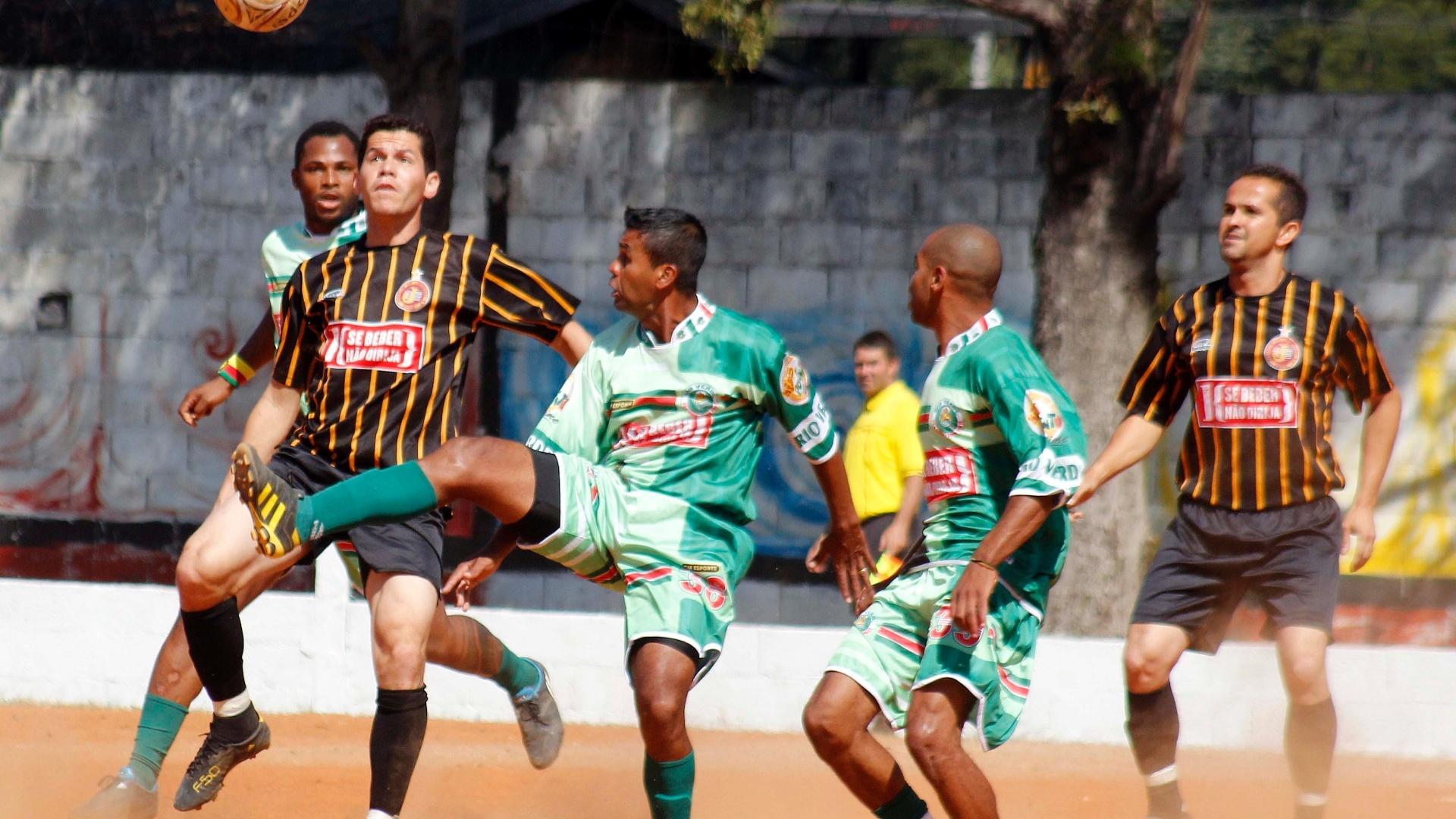 Lance de Juventus (preto) x Rio Verde (verde)