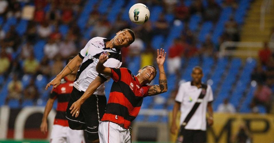 Nilton, do Vasco, e Ramón, do Flamengo, disputam bola pelo alto durante clássico no Engenhão