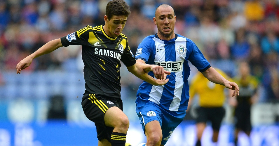 Oscar faz sua estreia pelo Chelsea e tenta escapar da marcação do zagueiro Iván Ramis, do Wigan