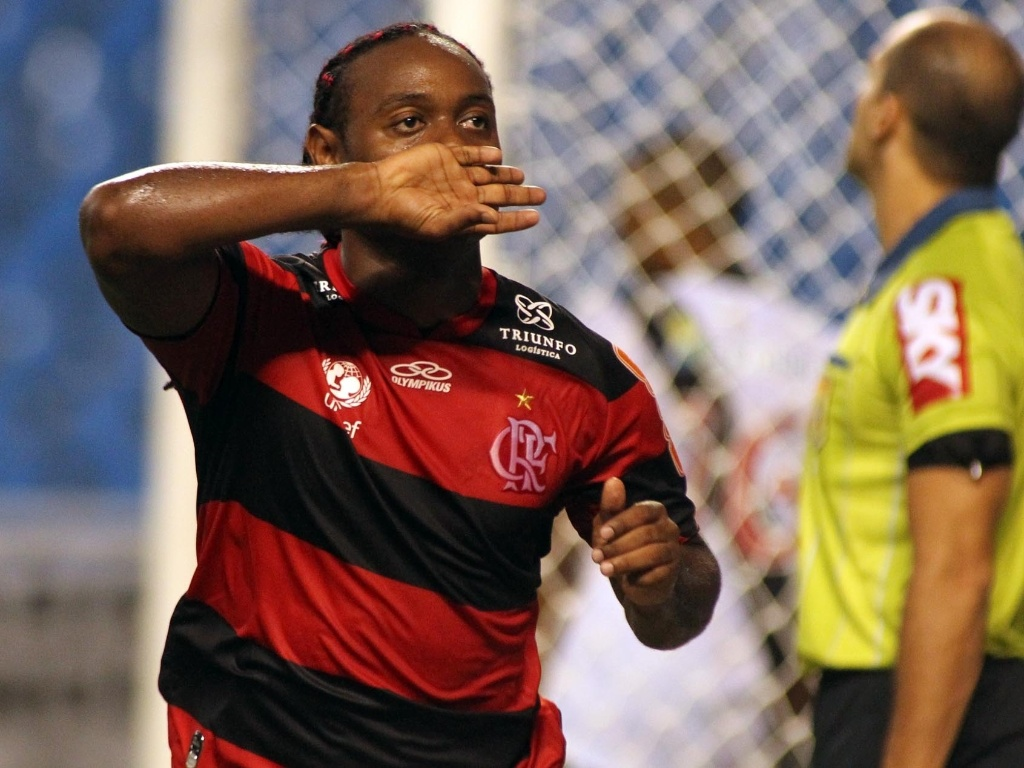 Vgner Love corre para comemorar o gol que deu ao Flamengo a vitria no clssico contra o Vasco, no Engenho