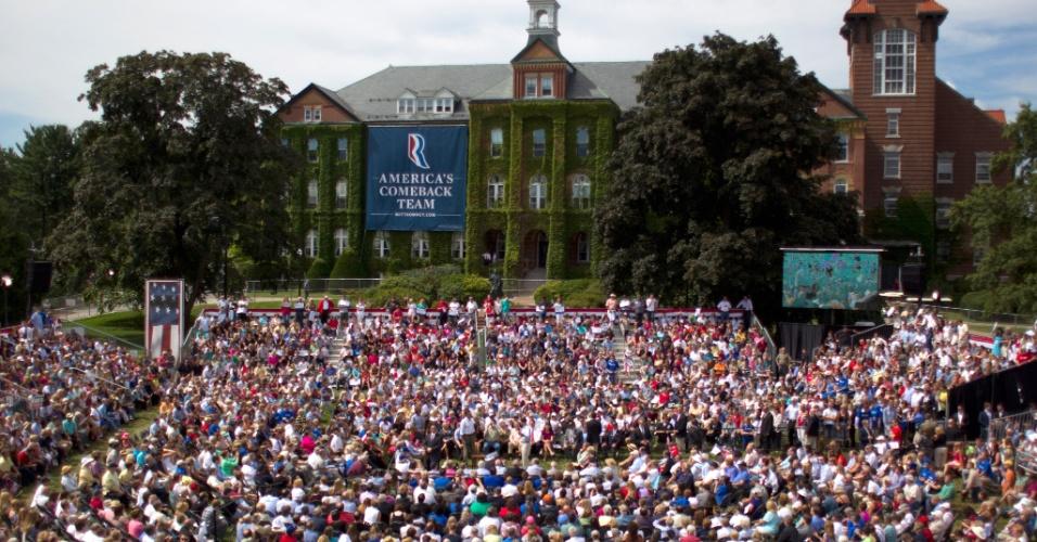 20.ago.2012 - Estudantes de um colégio em New Hampshire, nos Estados Unidos, participam de um evento de campanha do candidato republicano à Presidência, Mitt Romney, nesta segunda-feira (20)