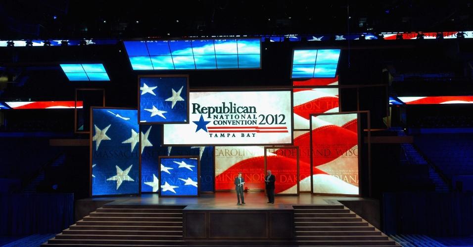 20.ago.2012 - Fórum de Tampa, na Flórida, recebe os últimos preparativos para sediar a convenção nacional do Partido Republicano, entre os dias 27 e 30 de agosto. Na convenção será oficializada a nomeação de Mitt Romney como candidato do Partido Republicano à Presidência dos Estados Unidos