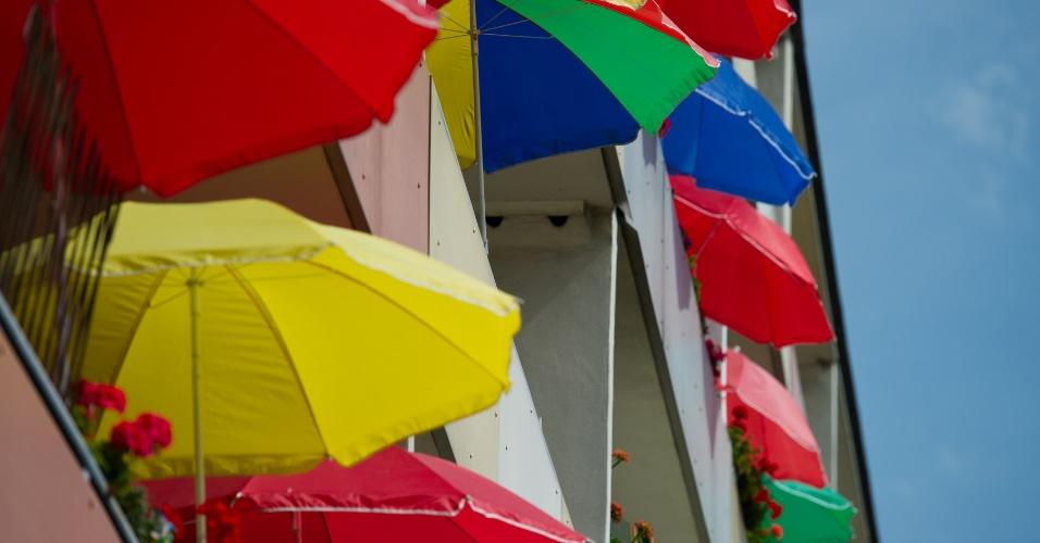 20.ago.2012 - Guarda-chuvas coloridas enfeitam sacadas de um prédio em Frankfurt, na Alemanha, protegento as plantas do forte sol. As temperaturas continuam subindo em alguns países europeus; algumas cidades já superaram os 39º