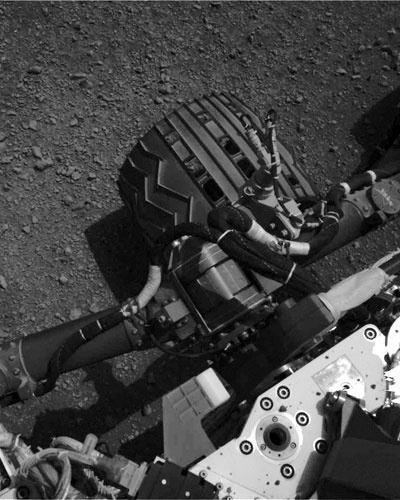 20.ago.2012 - Imagem obtida pelo Curiosity mostra uma das rodas do rob&#244;